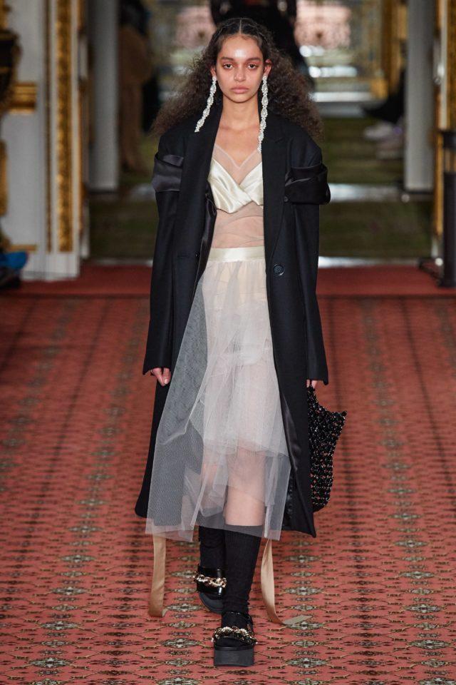 Показ Simone Rocha на Неделе моды в Лондоне24