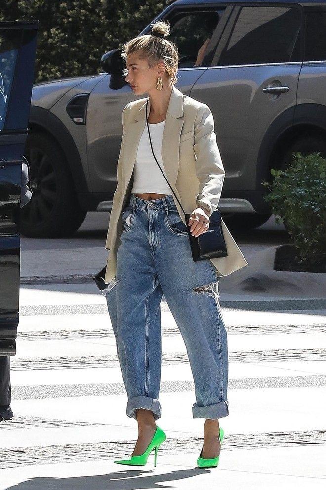 Бери пример с Хейли и носи джинсы с оверсайз-пиджаком и яркими лодочками