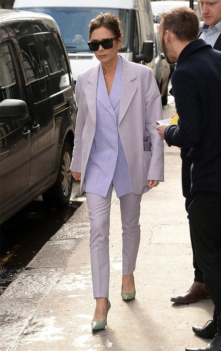 Носи костюм с оверсайзной рубашкой и яркими лодочками, как Виктория Бекхэм.