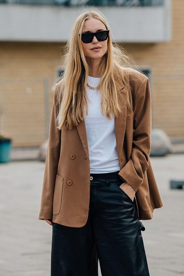 Простой и стильный вариант: с кожаными брюками