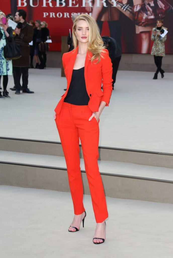 Носи красный брючный костюм с черным топом и туфлями на шпильке с открытым носом.