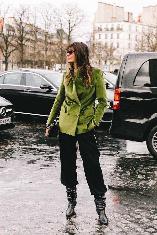 Носи яркий пиджак с прямыми брюками и заправляй их в высокие сапоги