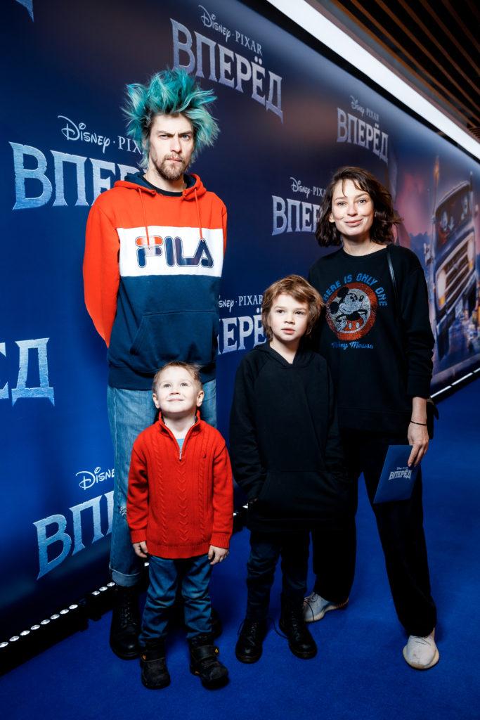 Николай Зверьков и Елена Сарапульцева с детьми