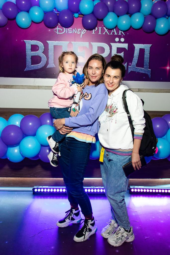 Юлия Мельникова с дочкой Лизой и главный редактор PEOPLETALK Оксана Кравчук
