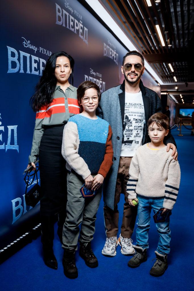 Анна Девочкина и Тимур Родригез с детьми