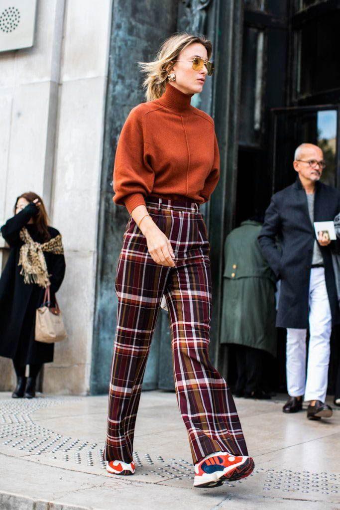 Или заправляй свитер с высоким горлом в брюки. Дополни образ яркими кроссовками