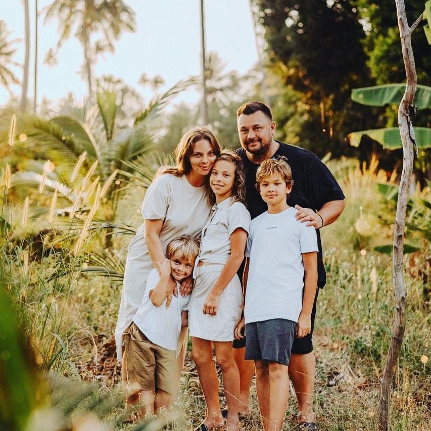 Сергей Жуков (43) и Регина Бурд (34) с детьми