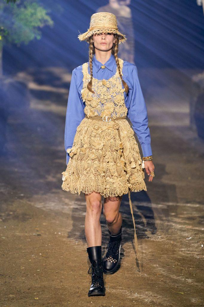 Или надевай поверх рубашки платье, как это делает Christian Dior. Дополни образ грубыми ботинками