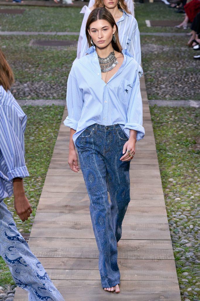 Заправляй рубашку оверсайз в джинсы клеш