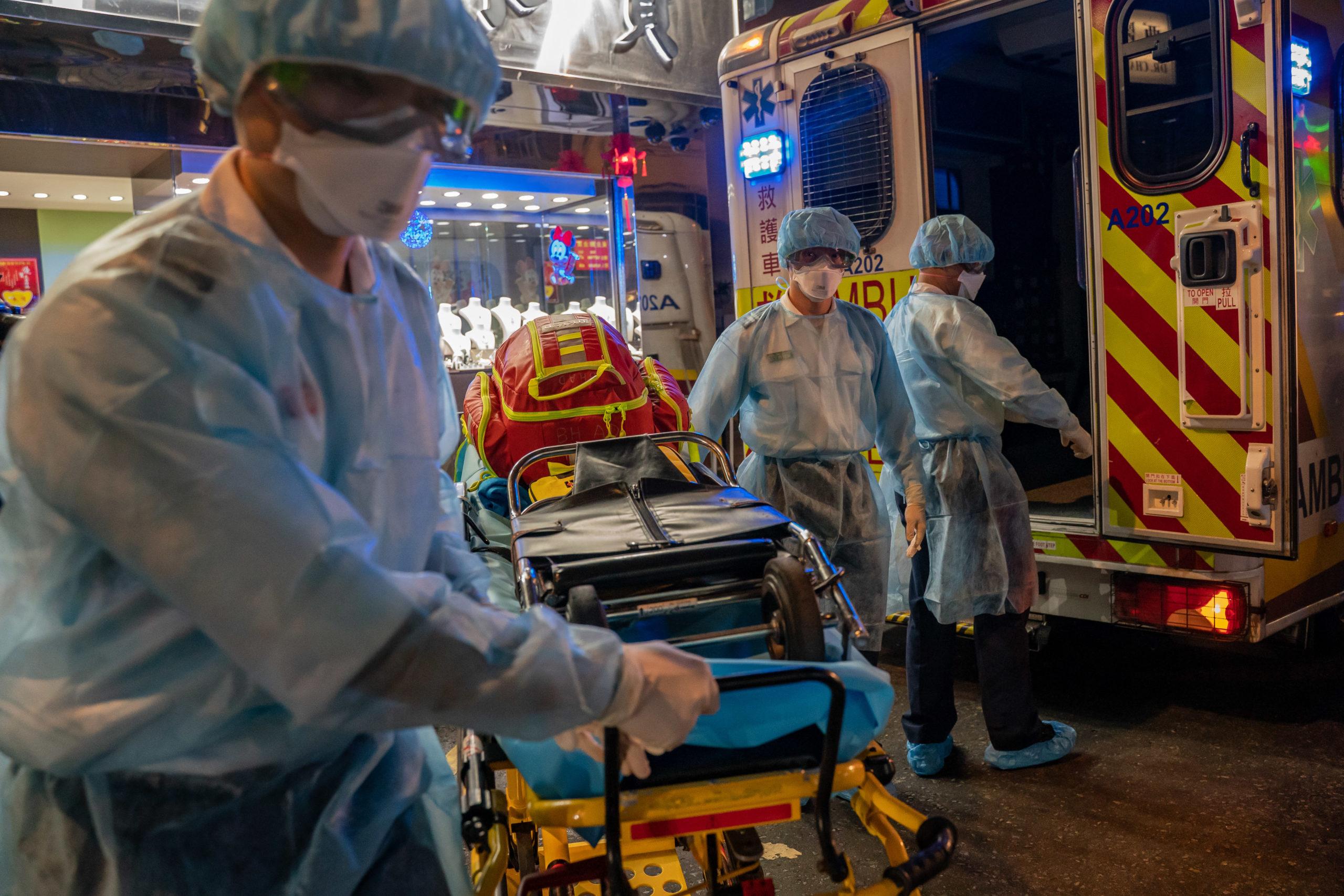 «Может настать страшное время, когда врачу придётся выбирать, кому быстрее помочь»: врач из Коммунарки показала себя после смены и рассказала о коронавирусе