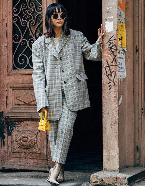 Или с оверсайз-пиджаком и маленькой яркой сумкой