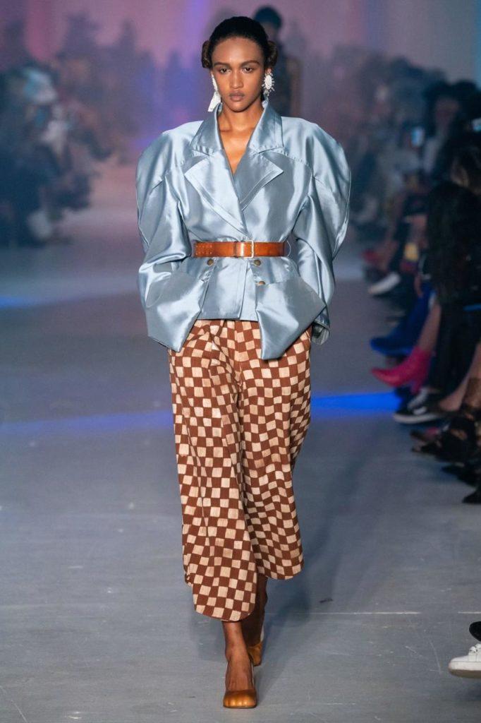 Вдохновляйся показом Vivienne Westwood и носи брюки в клетку с атласной рубашкой и ремнем