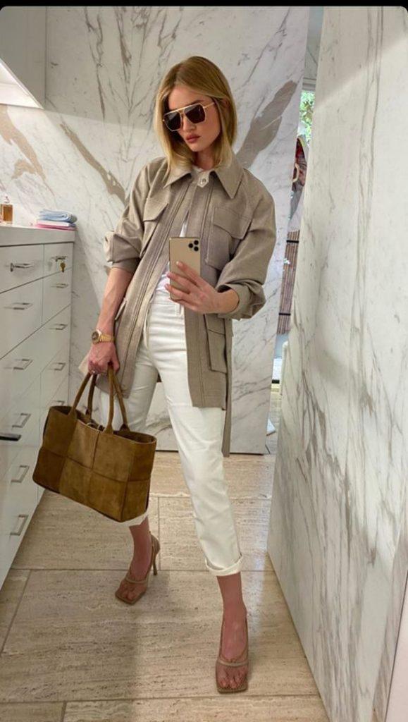 Носи белые брюки с рубашкой и большой сумкой