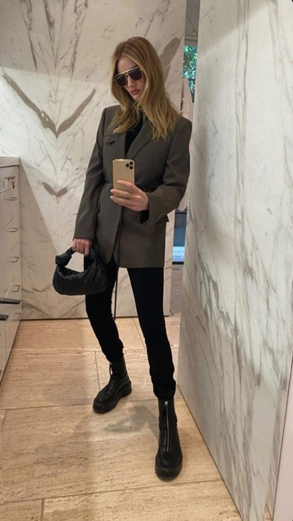 Носи прямые брюки с оверсайз-пиджаком и грубыми ботинками