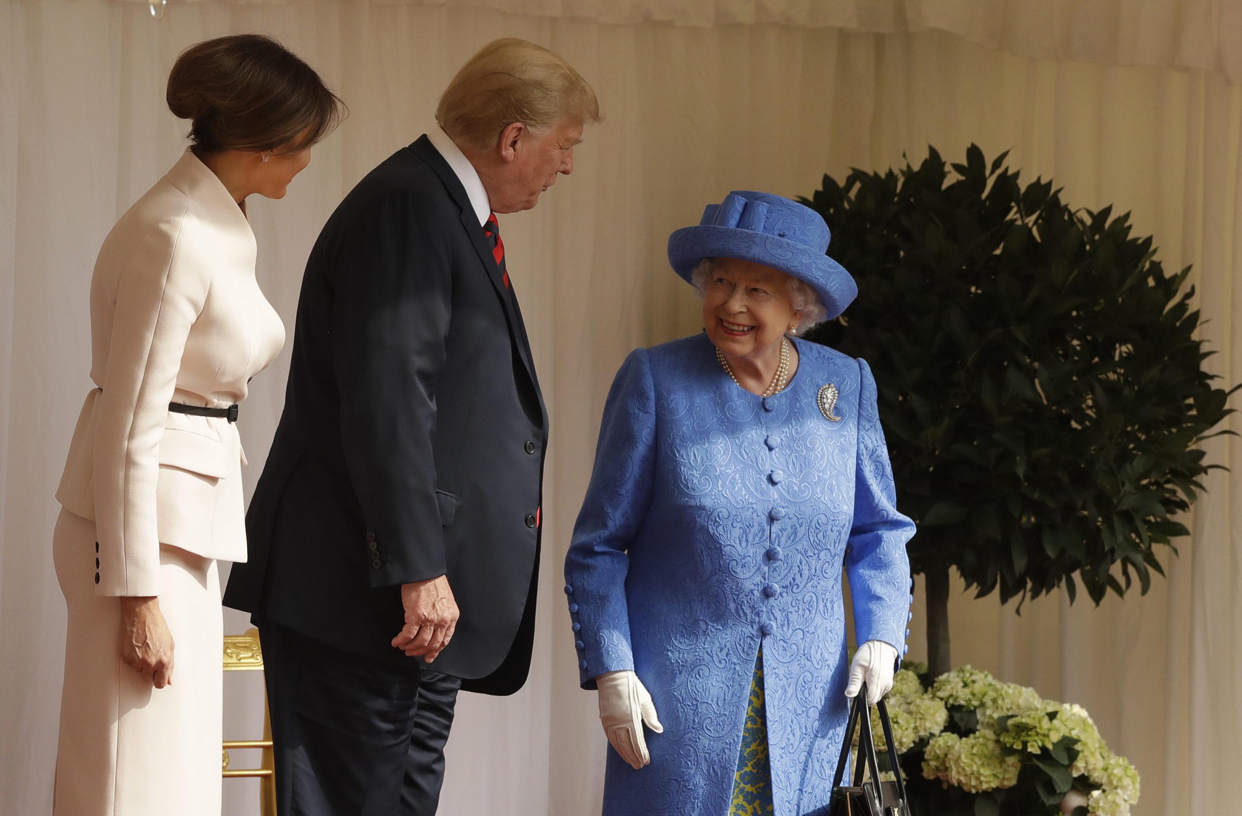 Похоронная брошь и подарок от Барака Обамы: Елизавета II подшутила над Дональдом Трампом