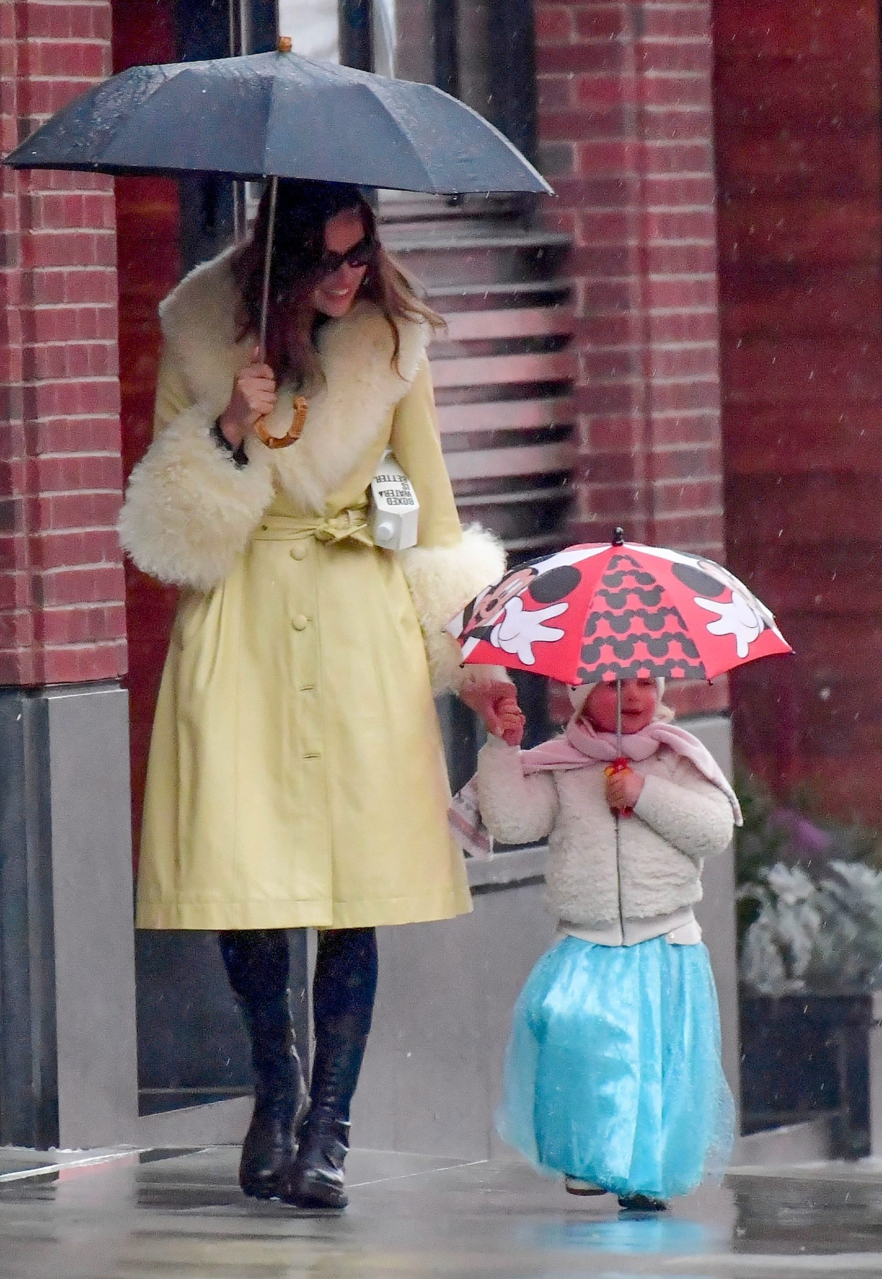 СПЕЦЦЕНА. ТРЕБУЕТСЯ ОДОБРЕНИЕ. SPECIAL PRICE APPLIES. APPROVAL REQUIRED *EXCLUSIVE*  - Irina Shayk isn't letting a little rain ruin her shopping day with daughter Lea De Seine in NYC