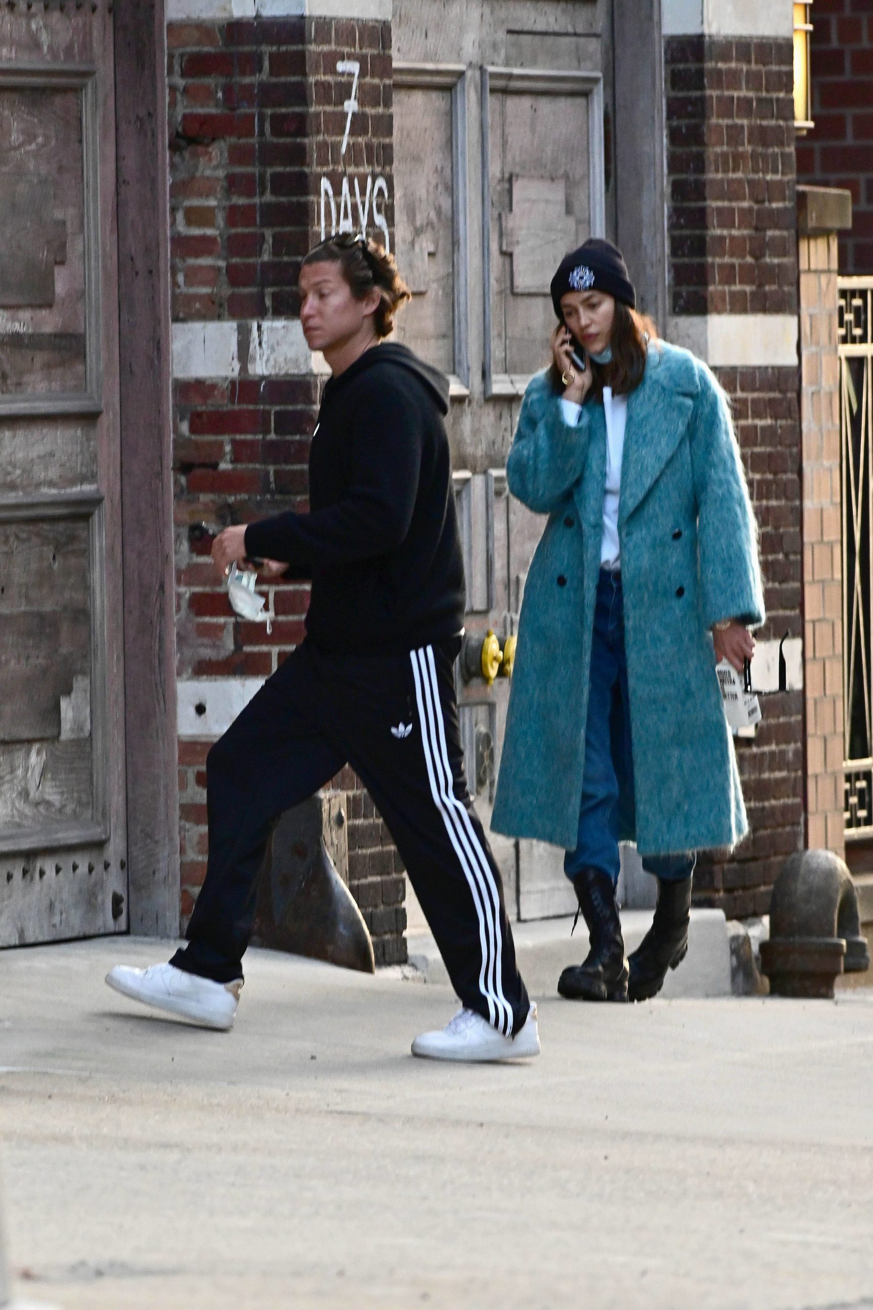 СПЕЦЦЕНА. ТРЕБУЕТСЯ ОДОБРЕНИЕ. SPECIAL PRICE APPLIES. APPROVAL REQUIRED PREMIUM EXCLUSIVE: Irina Shayk is Spotted During the Coronavirus Quarantine Keeping Close with Vito Schnabel in New York City