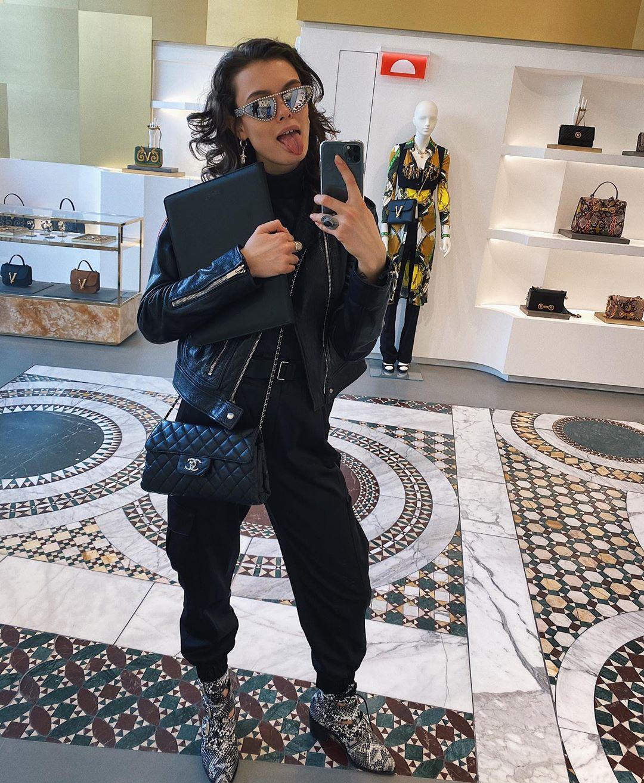 Два года назад Лиза уснула в подъезде собственного дома в Москве. Она рассказала журналистам, что вернулась после вечеринки, а ключи потеряла. В итоге пока спала на лестнице, с ее пальца сняли кольцо  с бриллиантом за 47 миллионов рублей, а еще украли сумку Chanel за 8 тысяч долларов