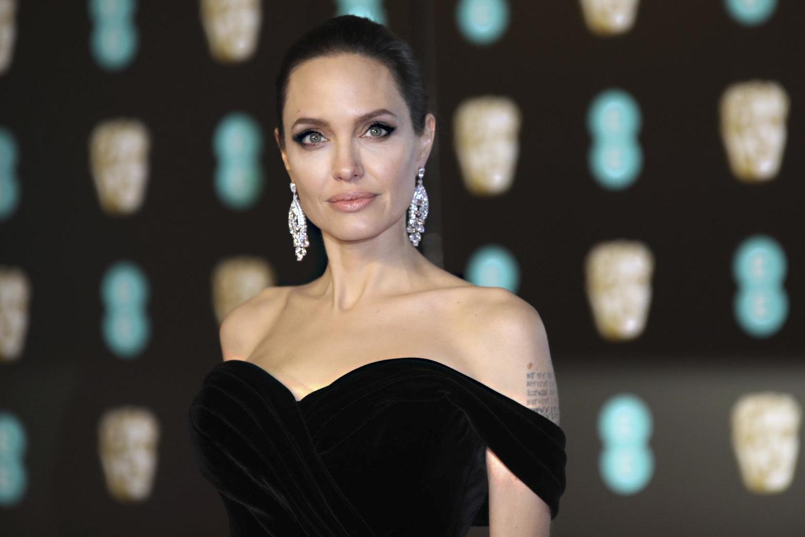 Депрессия не обошла стороной и Анджелину Джоли, а справиться ей помогла благотворительная деятельность и гуманитарная помощь другим людям: «Я чувствовала, что опускаюсь в темноту, была не в состоянии просыпаться по утрам, поэтому я подписалась на то, что заставило бы меня снова стать активной».