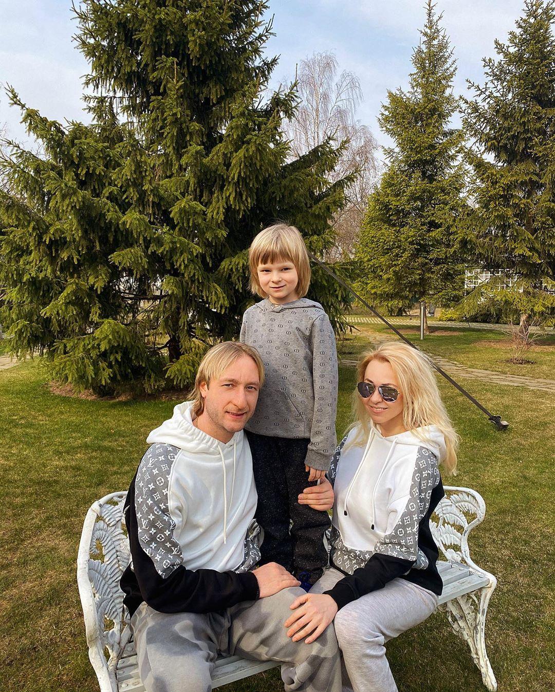 Евгений Плющенко и Яна Рудковская с сыном (Фото: @rudkovskayaofficial)