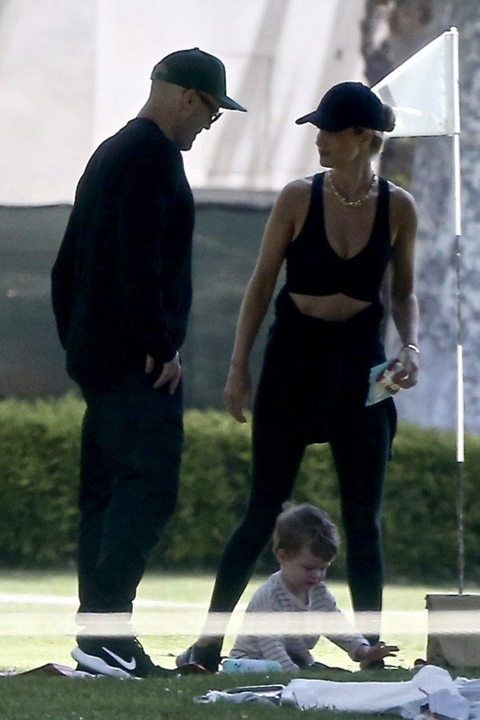 Джейсон Стэтхем и Роузи Хантингтон-Уайтли с сыном (Фото: Legion-media)