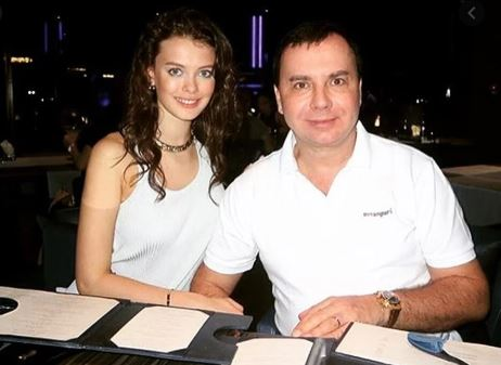 Лиза вышла замуж топ-менеджера сингапурского филиала «ЛУКойл» Валентина Иванова (58), когда ей было 18, хотя встречаться они начали еще до ее совершеннолетия. Отношения закончились скандалом. Валентин избивал модель. После очередного инцидента Лиза написала заявление на супруга в полицию