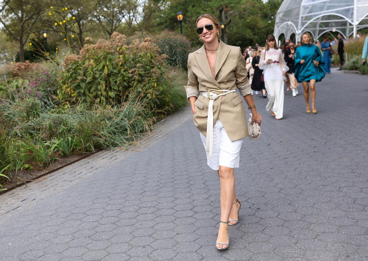 На примере звёзд стритстайла: как одеваться в офис летом