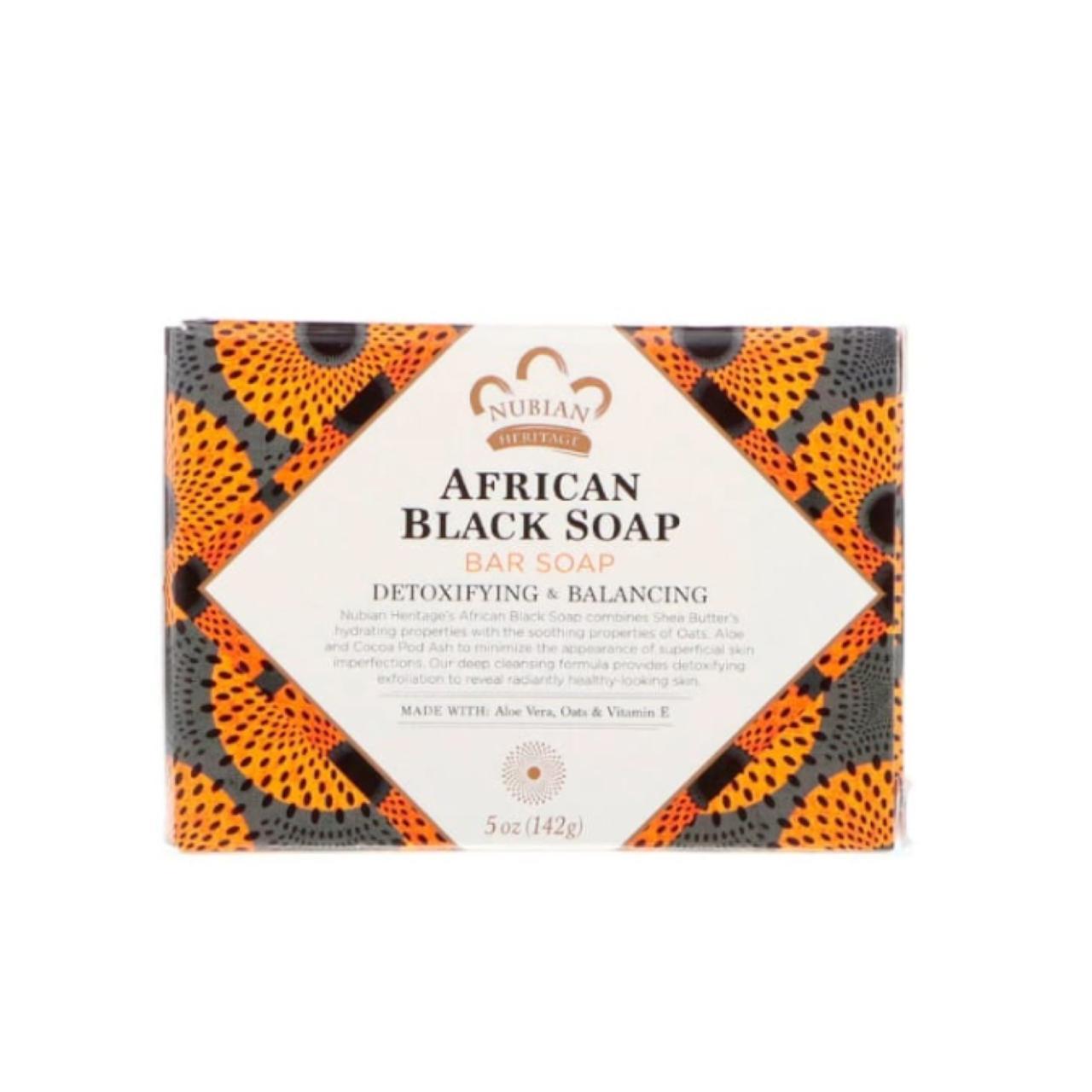 Nubian Heritage, черное африканское кусковое мыло. Очищает кожу до скрипа, отшелушивает и выводит токсины. Но при этом еще и питает ее – спасибо маслу ши в составе