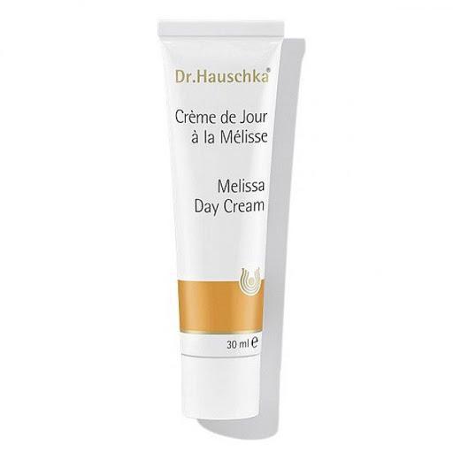 Dr. Hauschka, крем для лица «Мелисса». Отлично увлажняет, выравнивает цвет кожи и питает. Лицо увлажнено до вечера