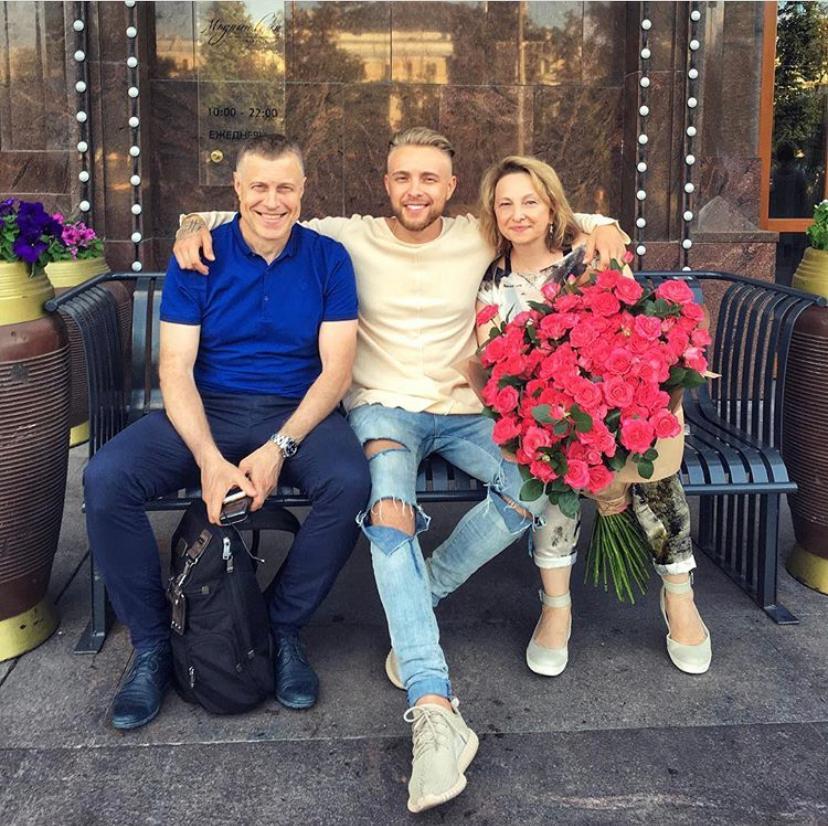 Массивные цепи, бомберы и балаклавы: вспоминаем, как менялся стиль Егора Крида