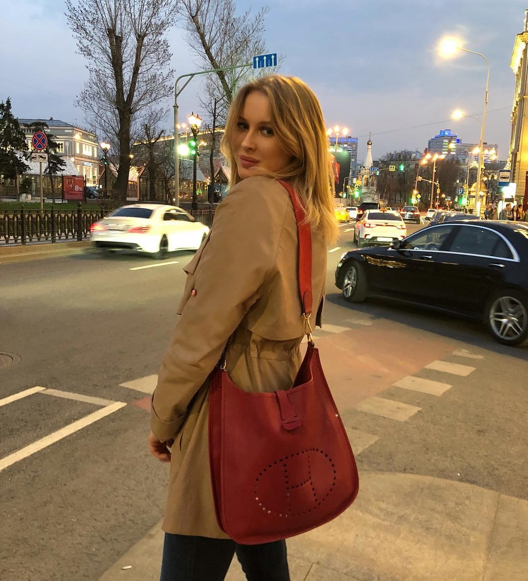 Дочь президента федерации спортивной борьбы России Михаила Мамиашвили Лиза: сумка Hermès Evelyne, от 216 000 руб.