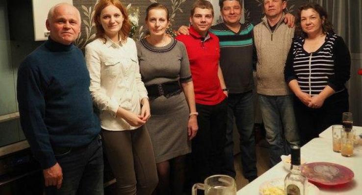 Сергей Захаров с родными (в красном сын Валерий)