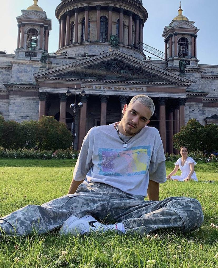 Тай-дай и оверсайз: как одеваются главные звёзды русского TikTok