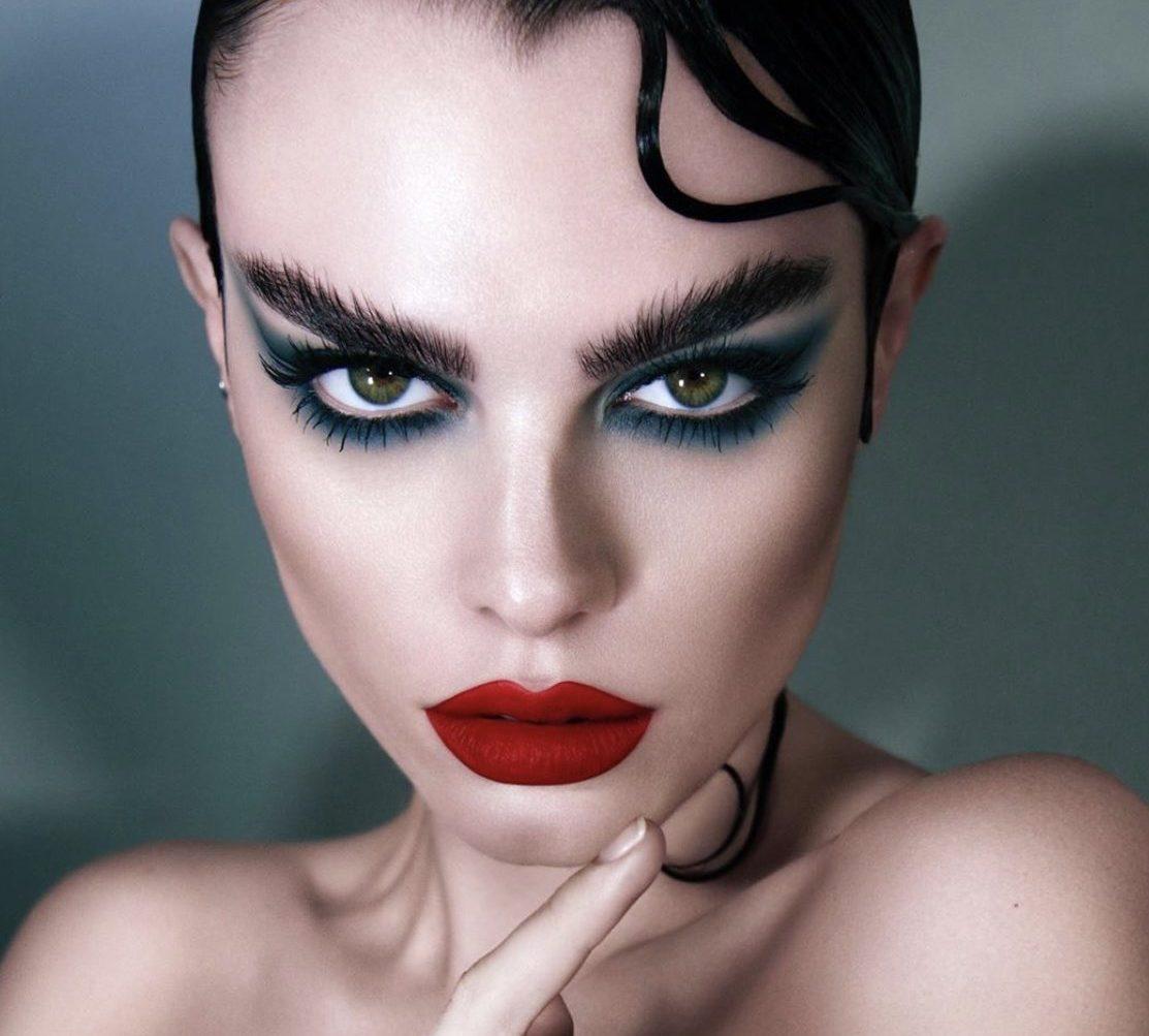 Все оттенки синего, новая готика и челка Джейн Биркин: осенние тренды в макияже и прическах