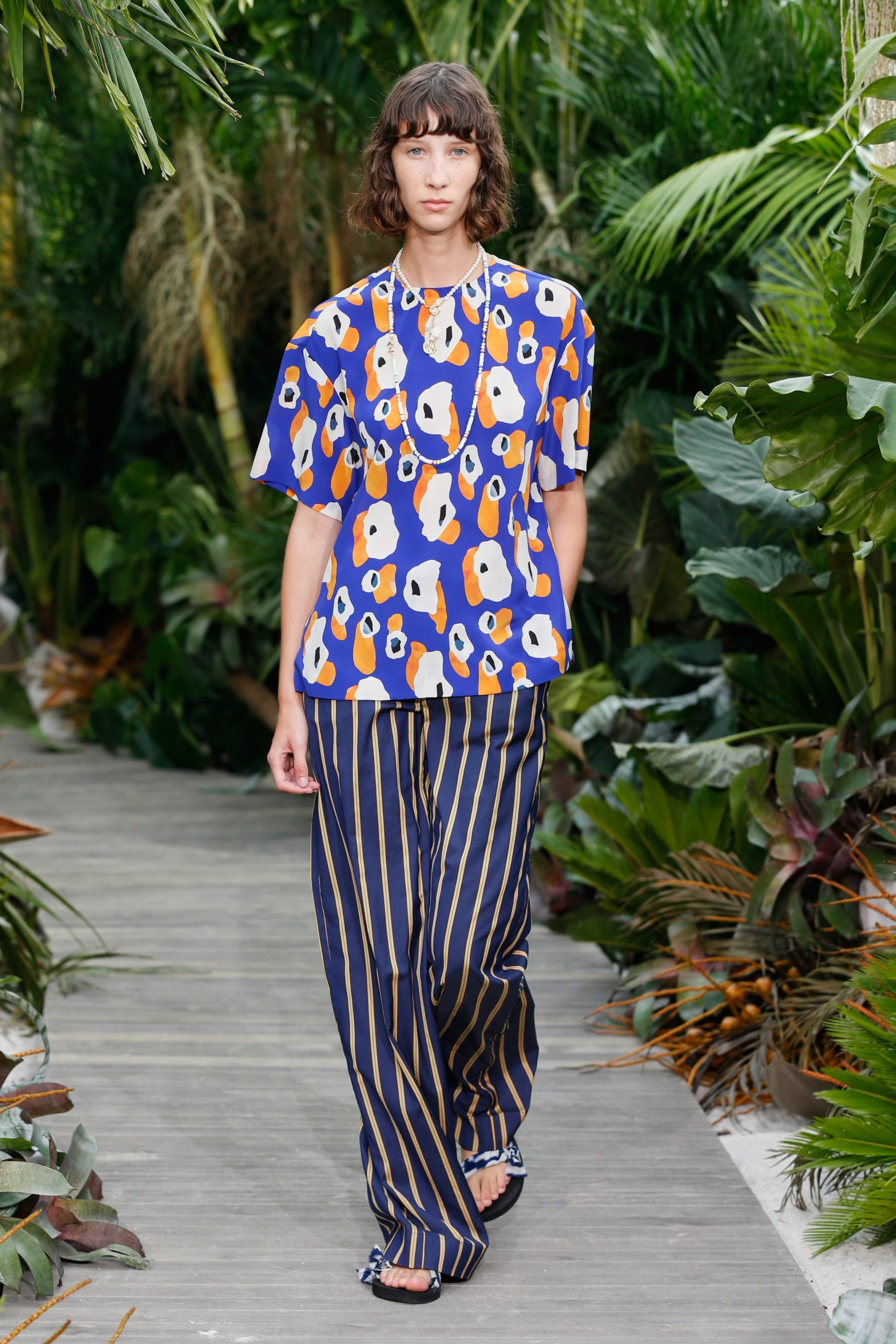 Оранжевые костюмы и рубашки с принтами: показ Jason Wu на Неделе моды в Нью-Йорке