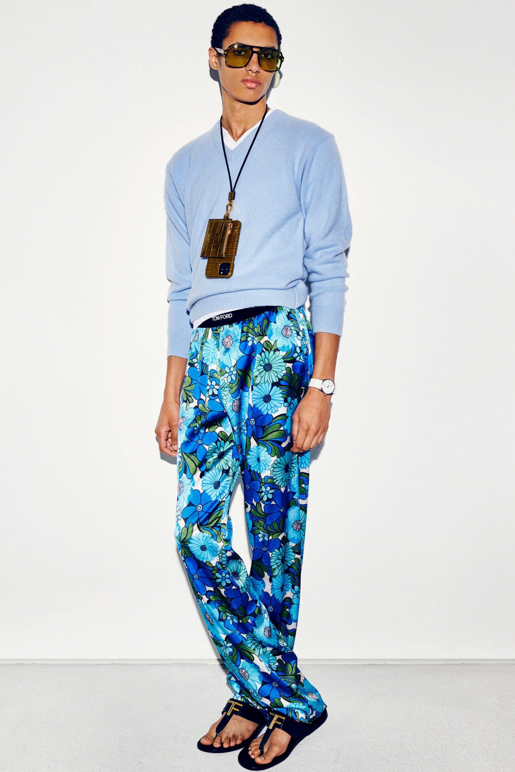 Розовые свитшоты и брюки с цветочным принтом в новой коллекции Tom Ford