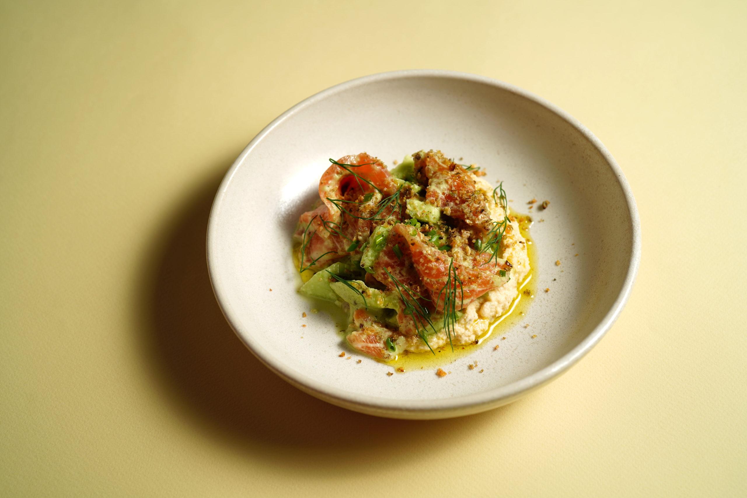 Лосось домашнего посола с огурцами и хумусом из цветной капусты