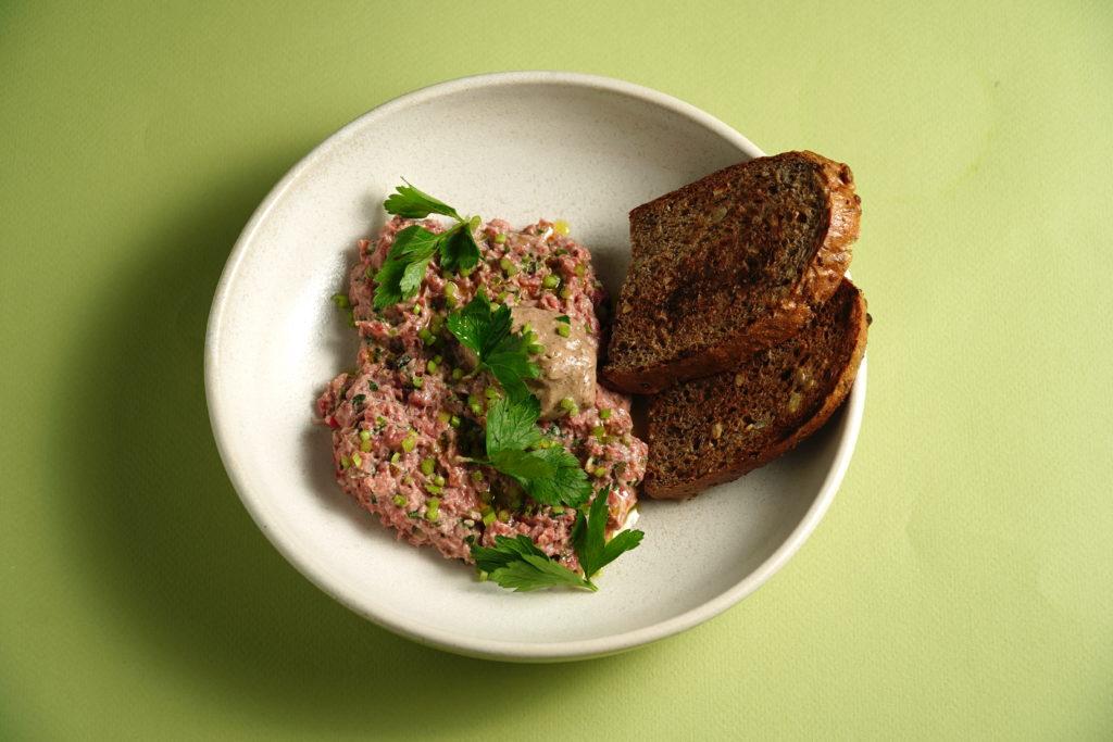 Тартар из органической говядины с соленой петрушкой и соусом из солода