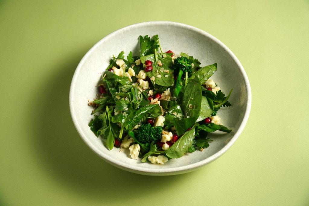 Зеленый салат с овечьей брынзой и гранатом