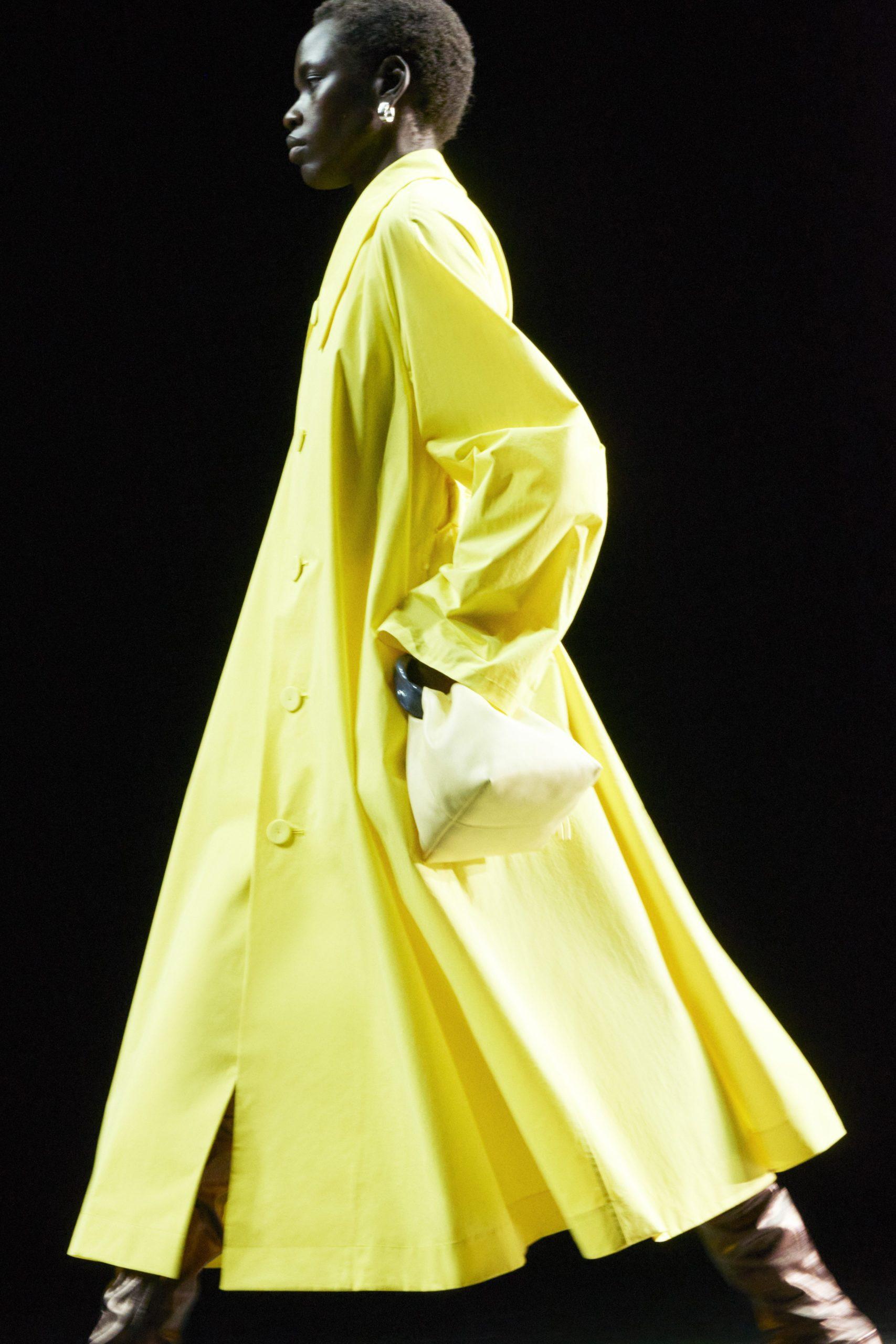 Золотые сапоги и прозрачное платье в пол в коллекции Jil Sander SS21