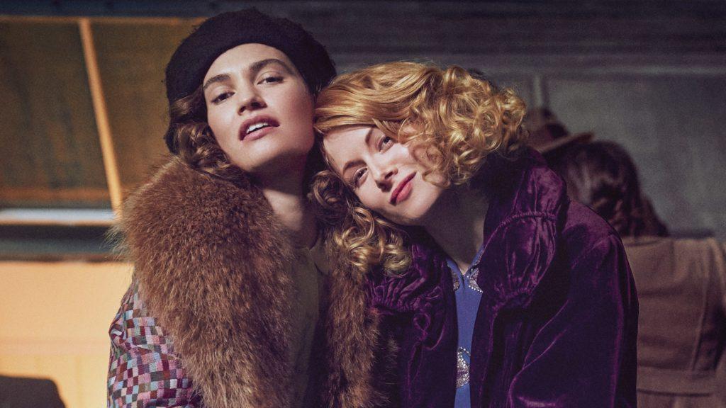 Лили Джеймс и Эмили Бичем / кадр из фильма «В погоня за любовью»
