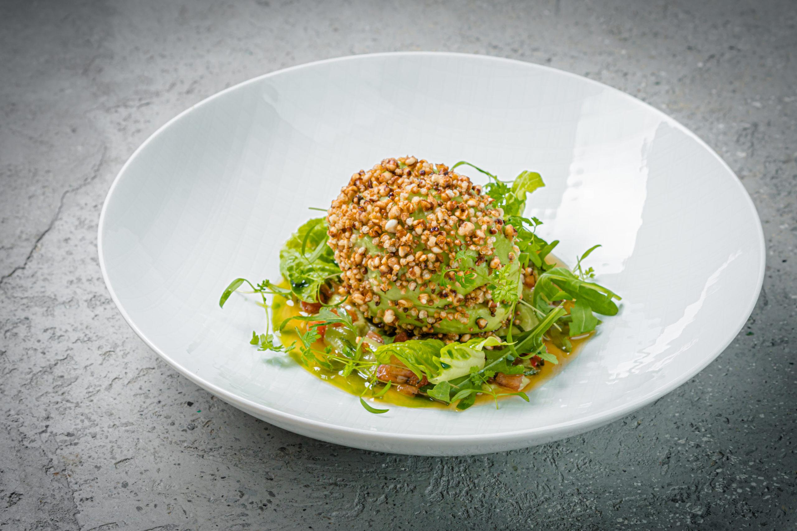 Авокадо, хумус с печеным перцем, хрустящая гречка и зелень