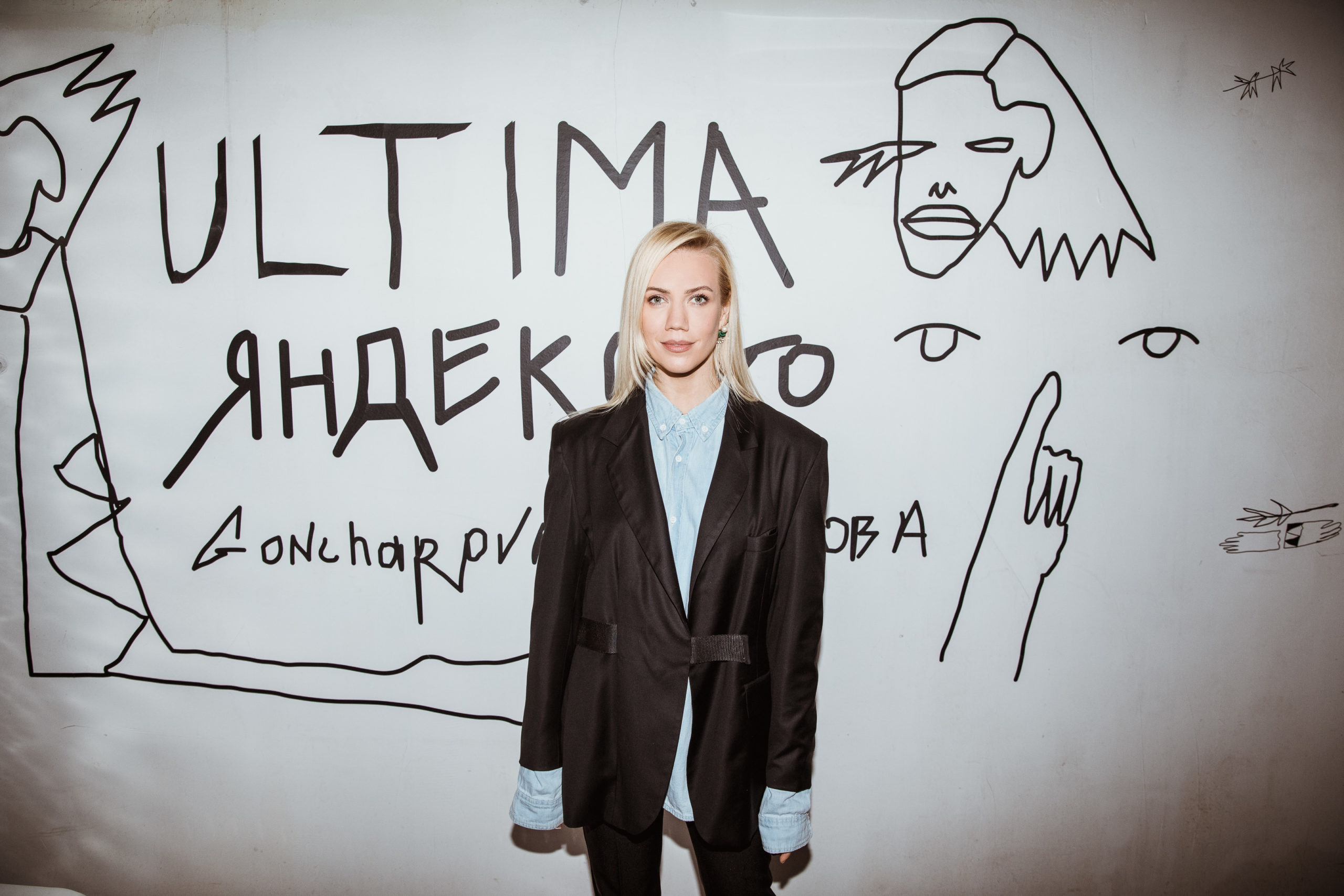 Елена Крыгина, Полина Аскери и Илья Бачурин на вечеринке в честь открытия выставки «Заживо»