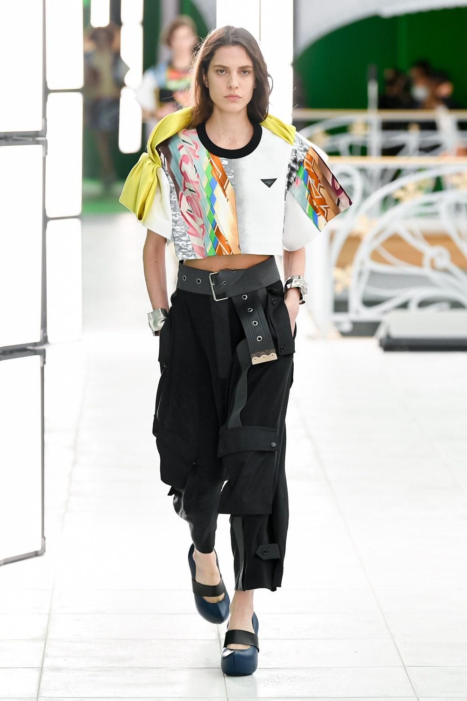 Огромные вязаные жилеты и тренчи в пол на показе Louis Vuitton