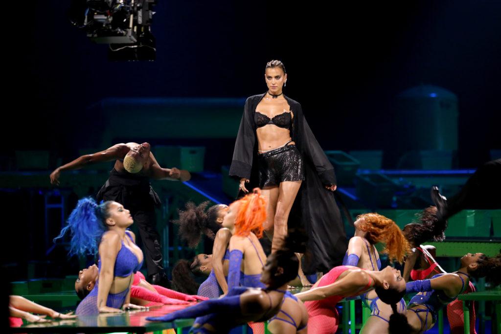 В одном белье: Ирина Шейк участвует в шоу Savage X Fenty