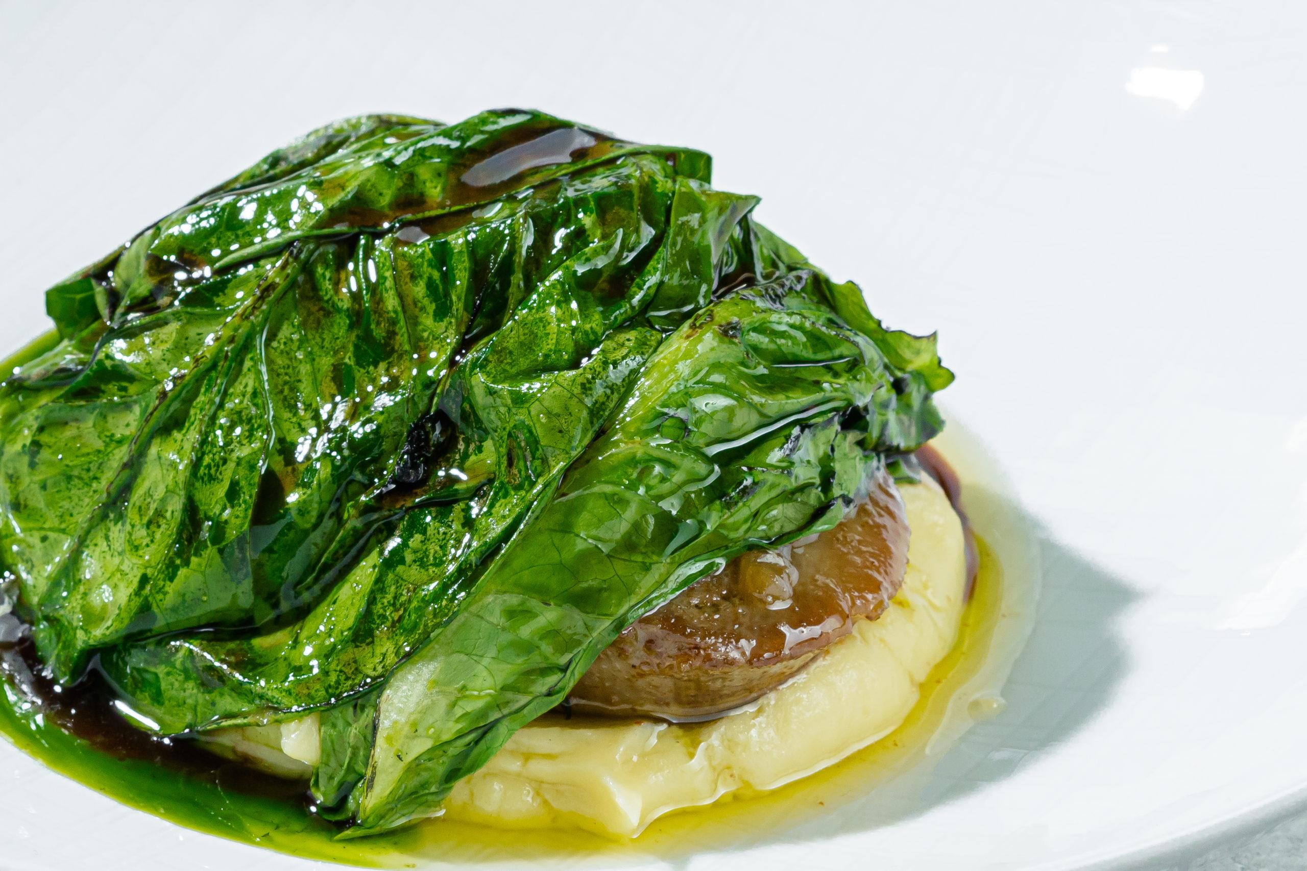 Говяжий язык, картофельный крем с хреном, тушеный лук и жареный салат ромейн