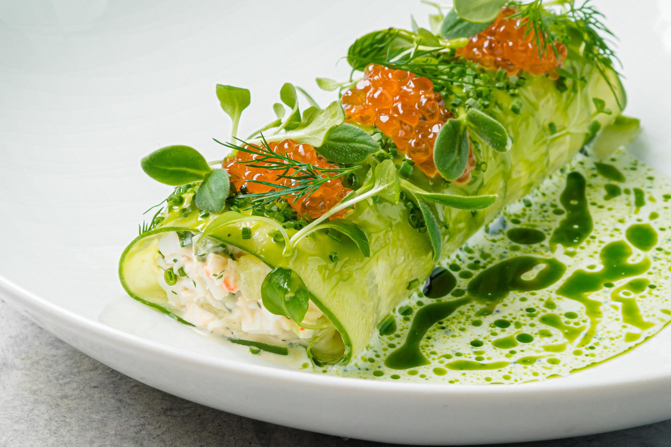 Крабовый салат с икрой, малосольным огурцом и укропом