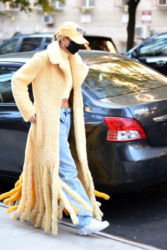 Вещь года: Хейли Бибер в пальто за 700 тысяч рублей, которое обсуждают все