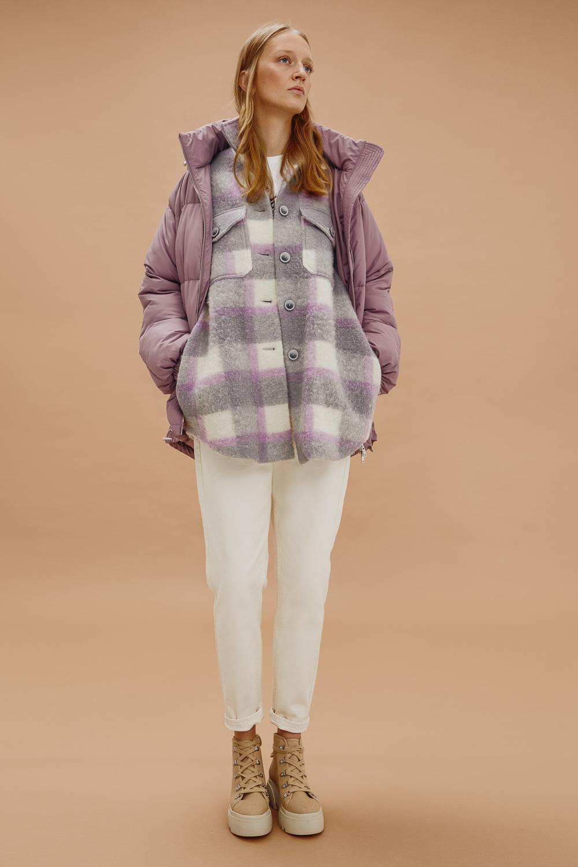 Рубашки в клетку и дутые пуховики, чтобы не мерзнуть: «Снежная Королева» и Лина Дембикова выпустили новую коллекцию