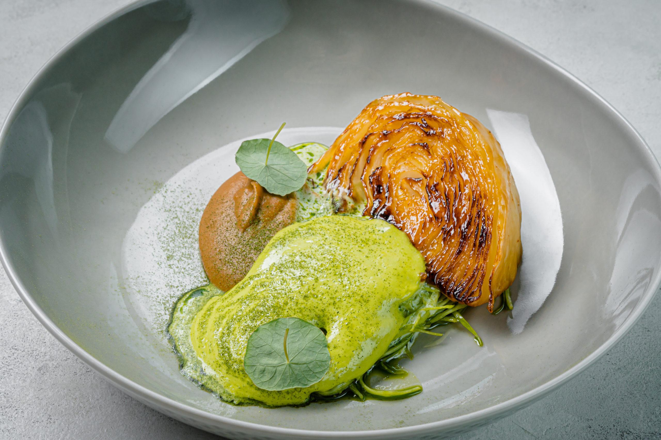 Стейк из капусты, жареная капуста и крем из лука-порей